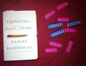 Imagen que muestra libro de Kahneman y rulos