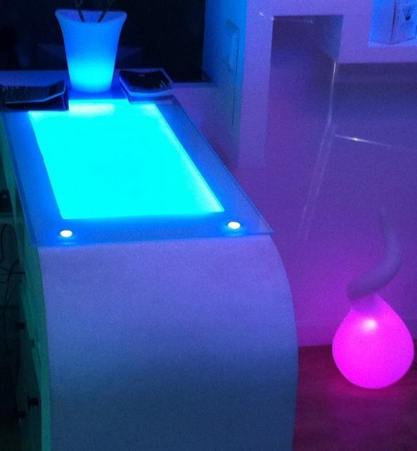 Lámparas LED de color cambiante en un establecimiento