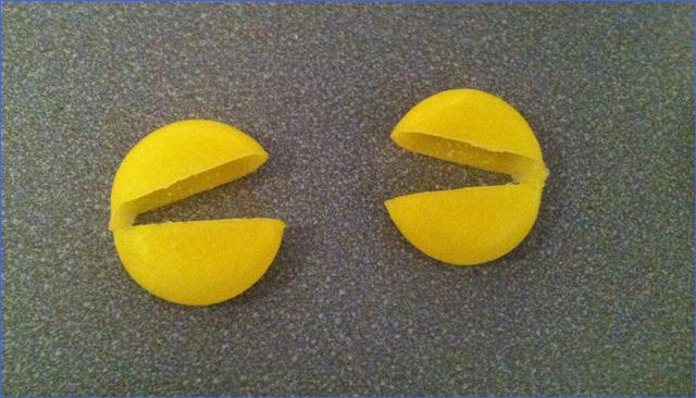 Escena de comecocos con dos envolturas de queso minibabybel