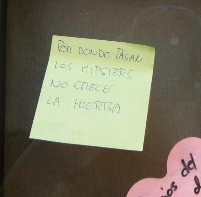 Un viandante culpa a los hipsters...