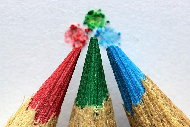 Macrofotografía de lápices de color rojo verde y azul