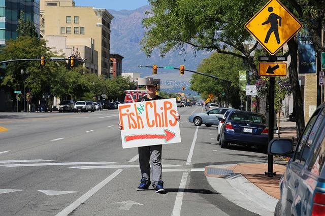 Hombre anuncio por la calle