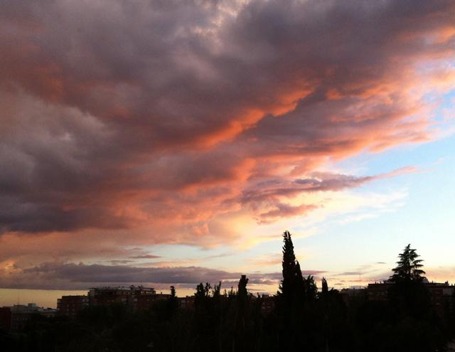 Atardecer rosado con nubes grises