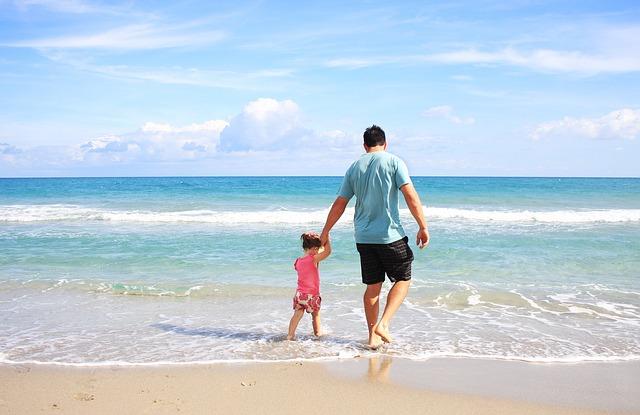 Padre con su hija en una playa