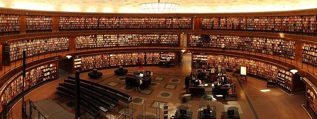 Biblioteca llena de libros