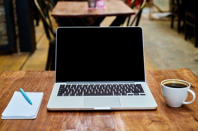 Ordenador café y libreta